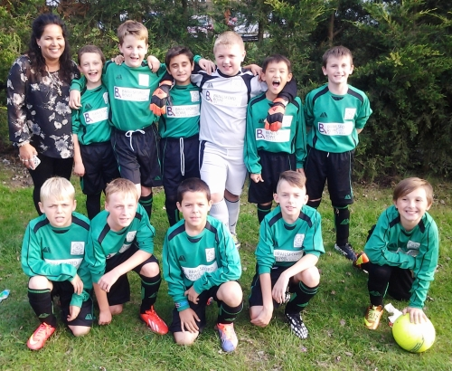 Michelle with the U11s and our new kit kindly supplied by Brailsford Rowe ... more pics to follow here and on the Home page later