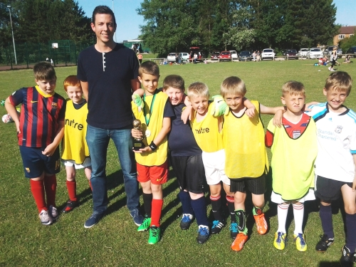 The U9s break from training to welcome guest Nick Rowe
