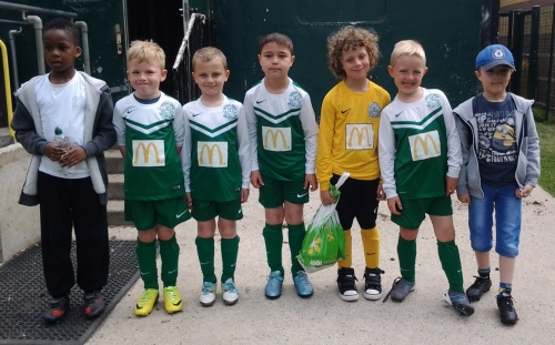 The Green U8s get ready for Sandyacres