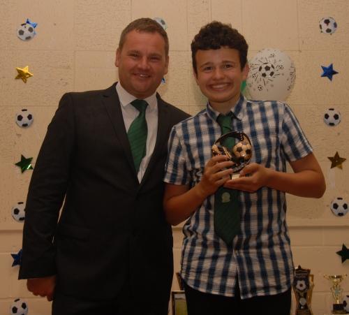 Ashley Fedder receives the BG Valiants U16 Endeavour Award from David Spencer